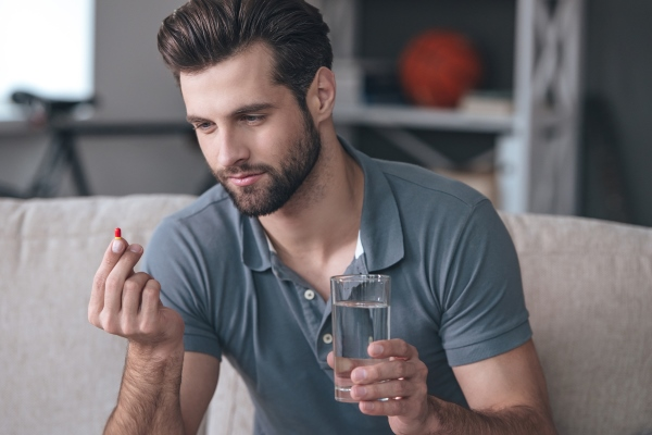 Мужчина с таблеткой