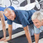 Мужчины выполняют упражнения