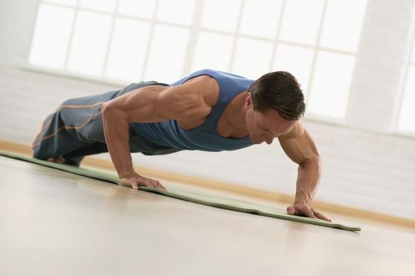 Мужчина выполняет упражнения для потенции