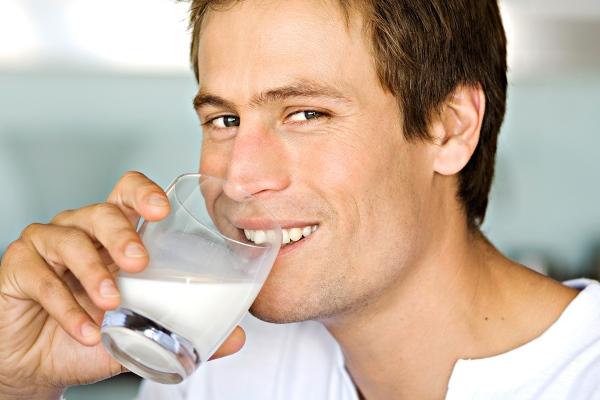 Мужчина пьёт йогурт