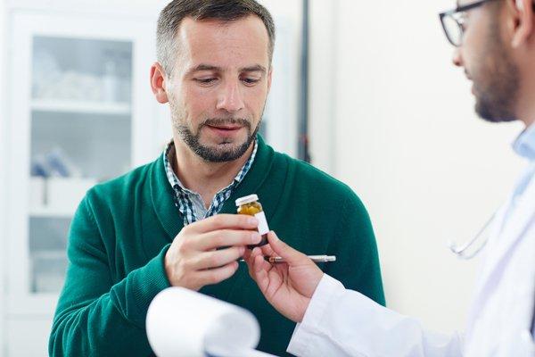 Доктор выписывает мужчине таблетки