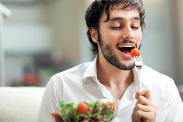 Мужчина ест салат