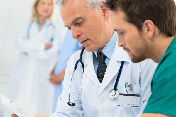 Доктора рассматривают анамнез